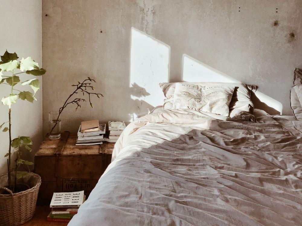 光の差し込むベッドルーム