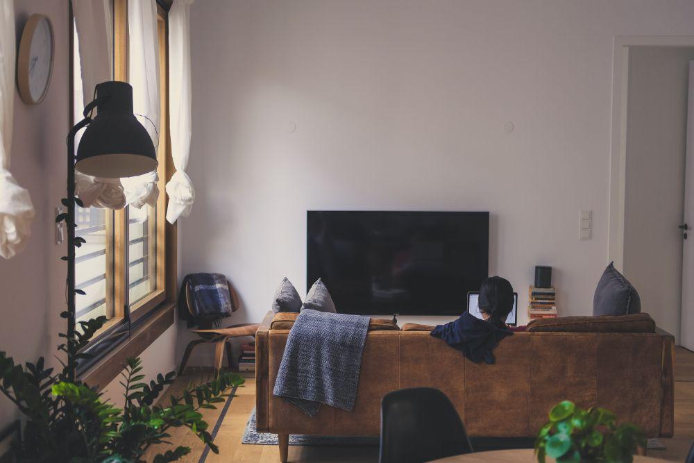 落ち着いたトーンの家具で揃えられた空間