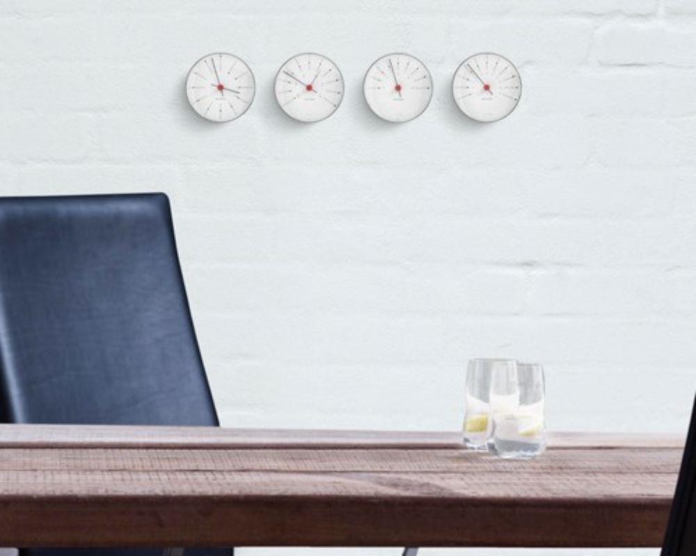 温度計、湿度計、などが壁にかかっている様子