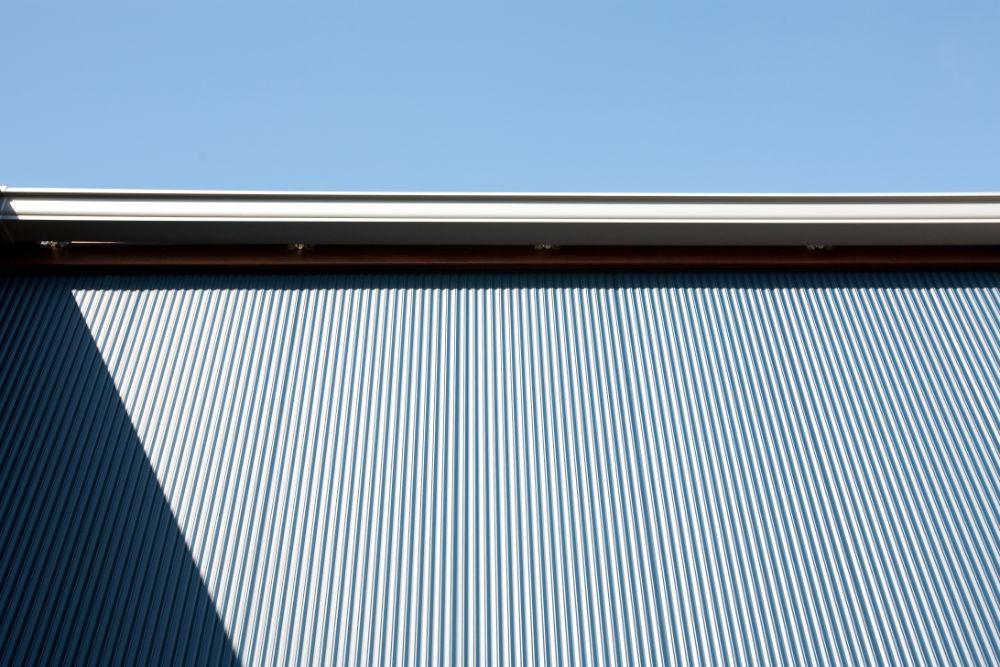 青いガルバリウム鋼板の外壁