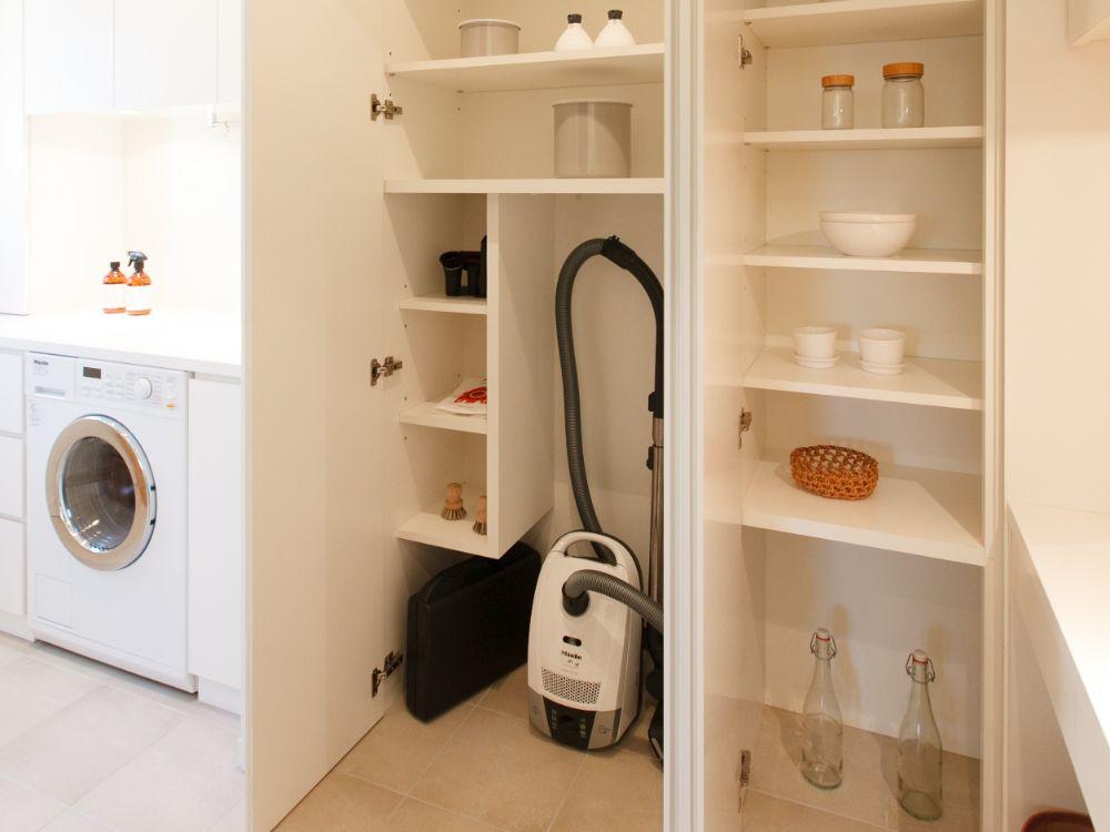 収納スペースにきれいに収納されている掃除道具など