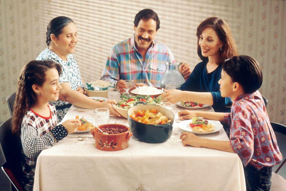 家族でご飯を食べている様子