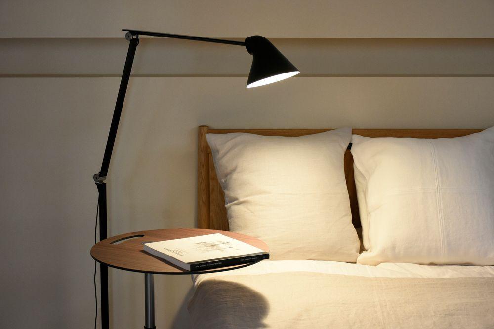 ベッドわきのサイドテーブルとフロアランプ