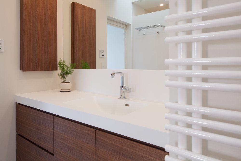 白とウォルナットを基調とした清潔感のある洗面