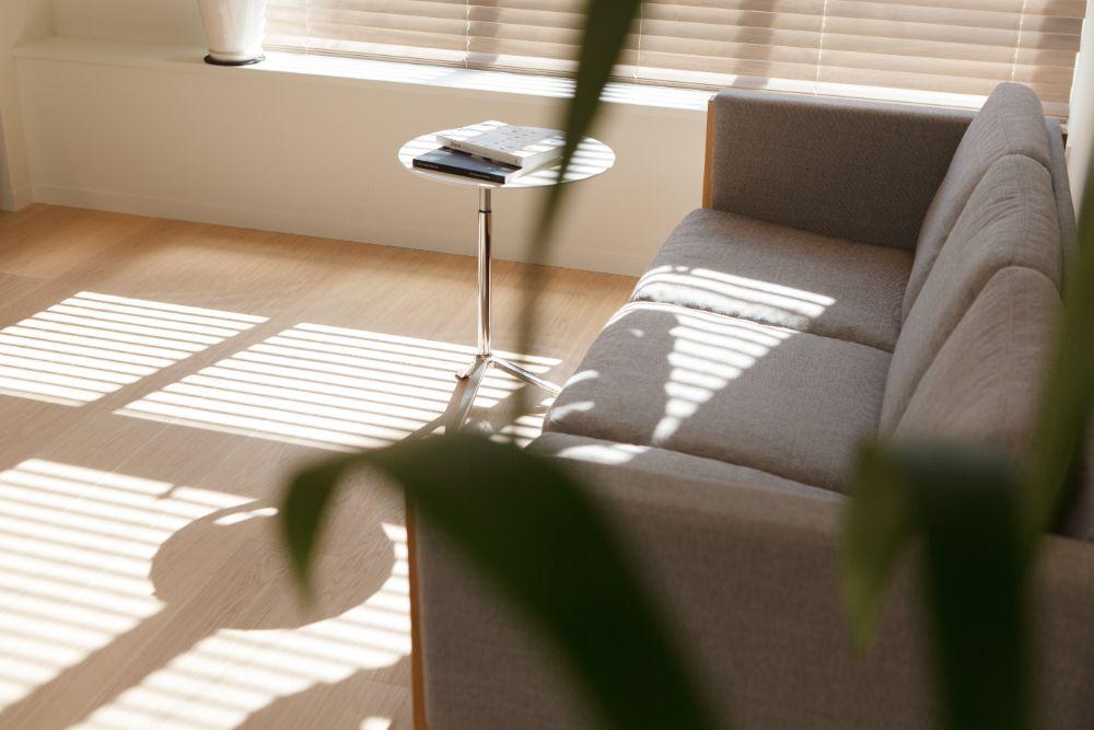 日当たりのいいリビングに置かれたソファとサイドテーブル