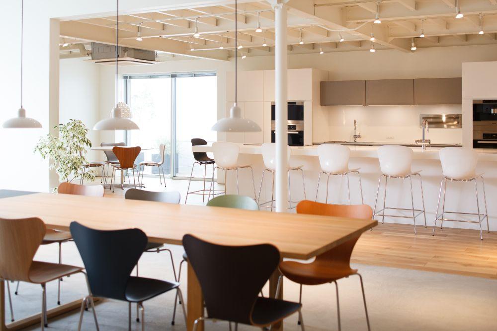 広々とした家具展示空間