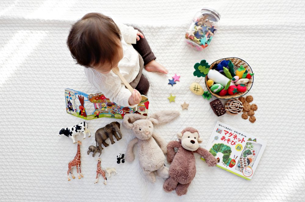 赤ちゃんがおもちゃで遊んでいる様子