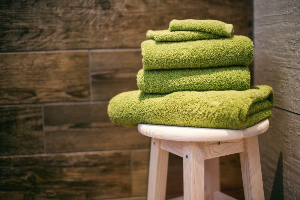 緑色のタオルが積まれたスツール