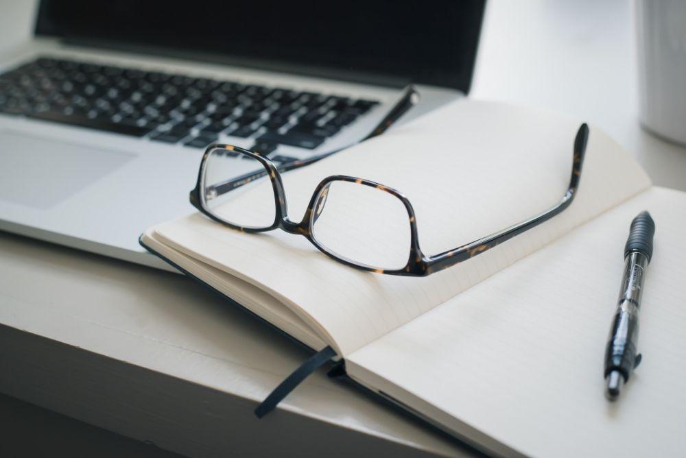 パソコンとノートと眼鏡