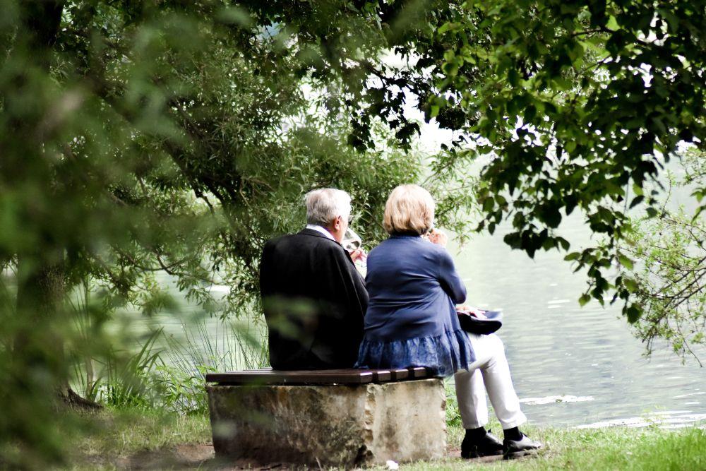 老夫婦が並んで座っている様子