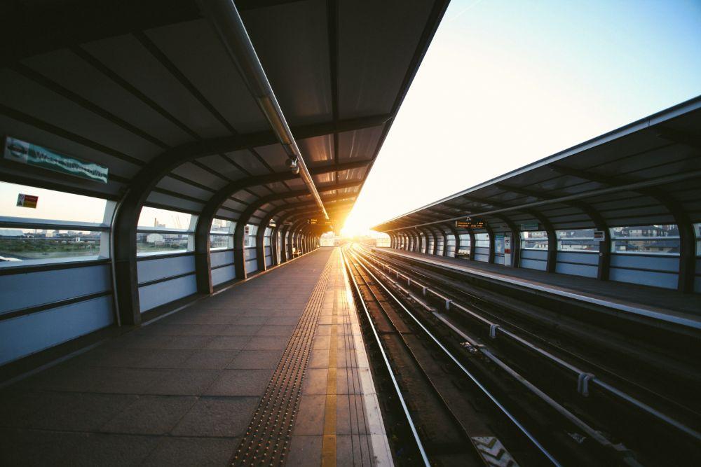 駅のフォームから見える朝日