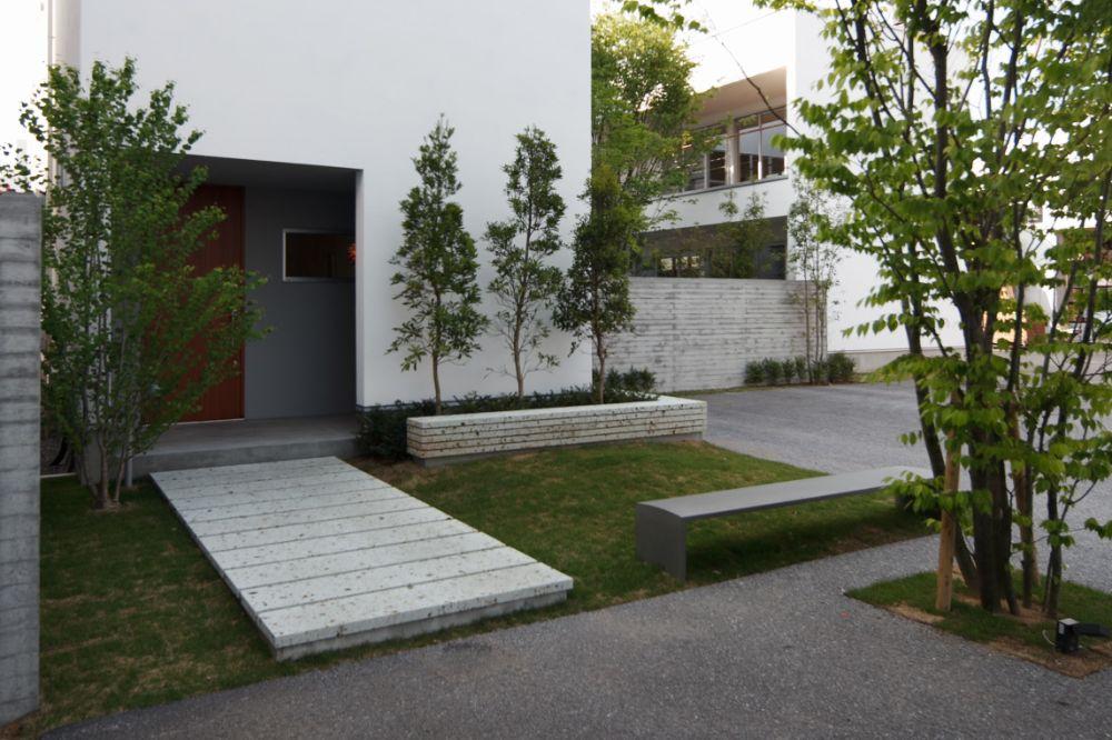 敷石のある玄関アプローチ
