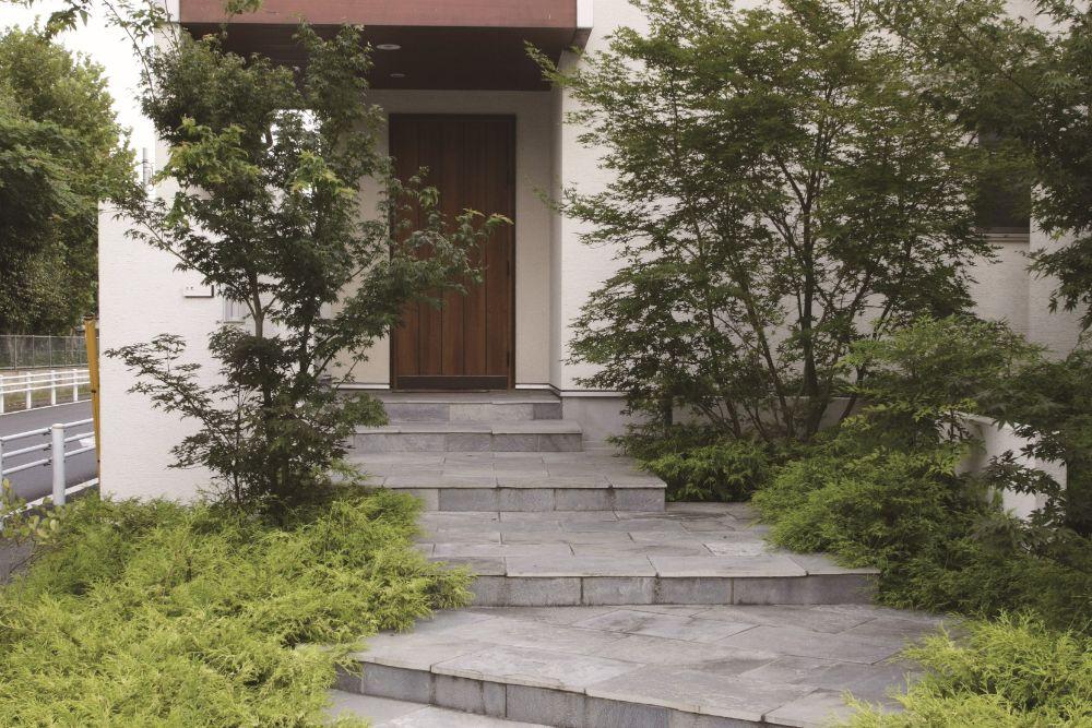 階段になっている玄関アプローチ