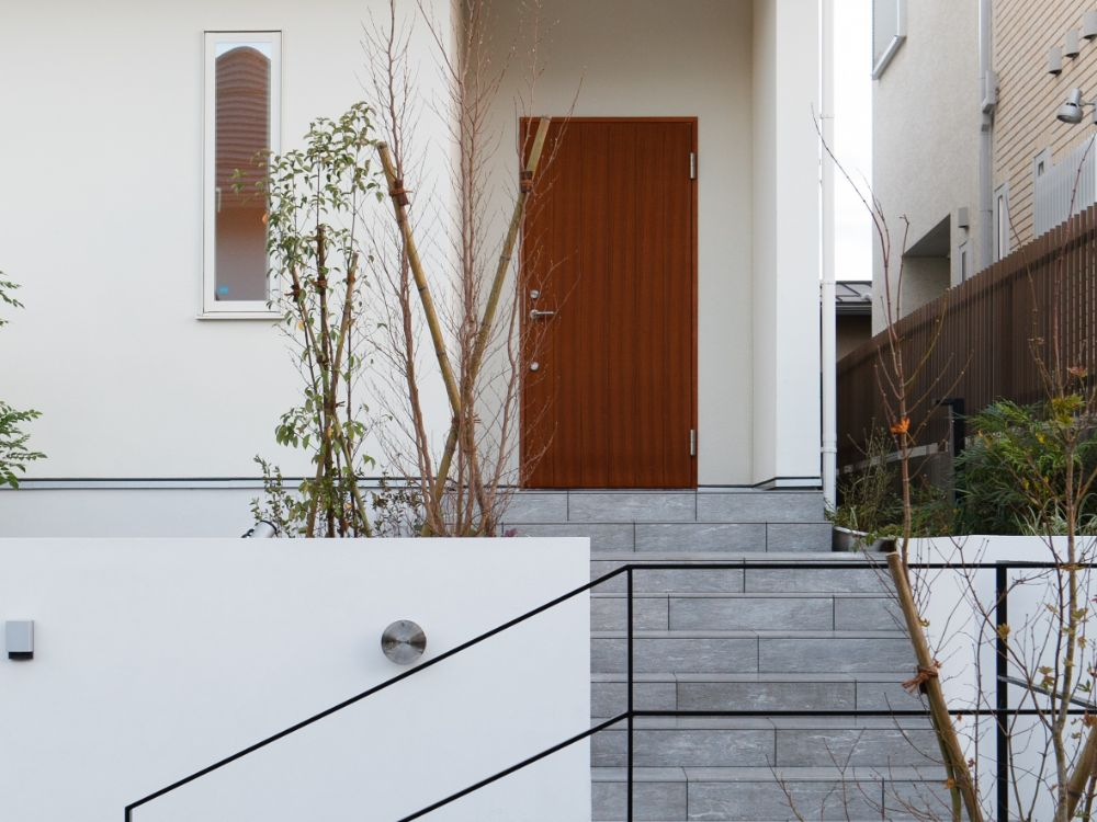 タイルの階段のある玄関アプローチ
