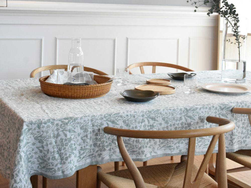 テーブルクロスの敷かれたテーブル