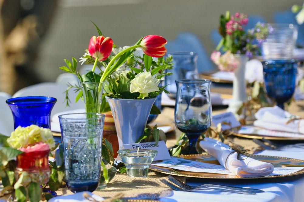 お花の飾られたテーブルコーディネート