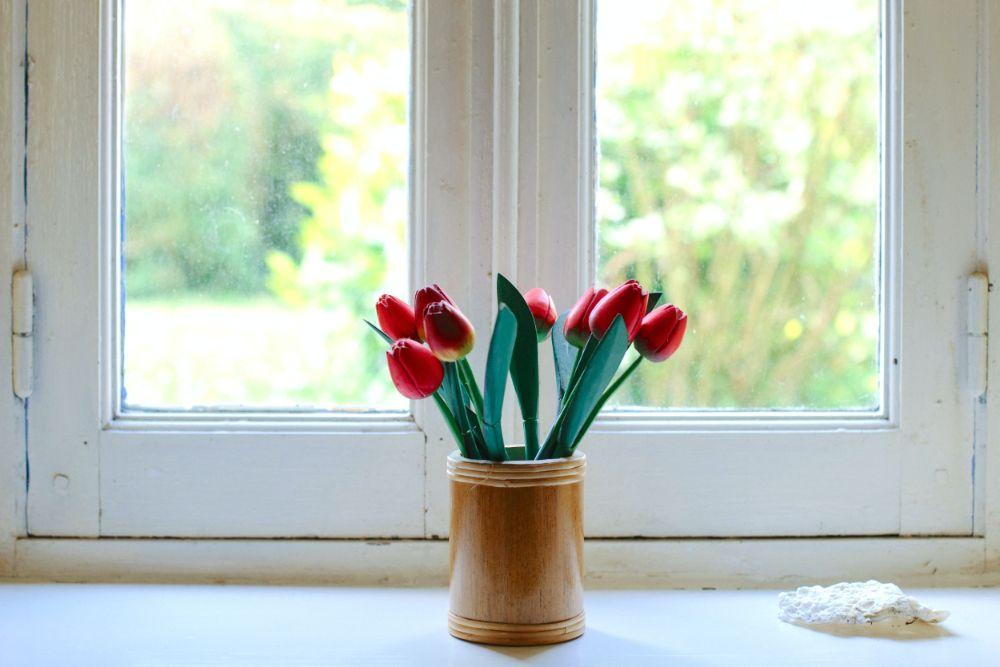 出窓に飾られたチューリップ