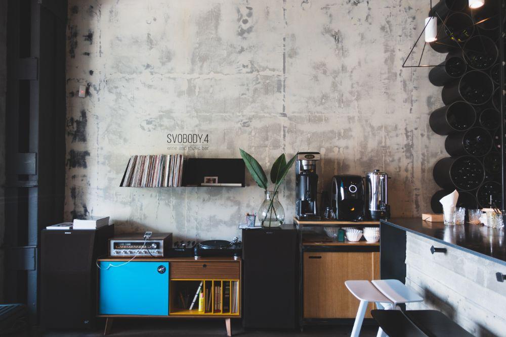 コンクリート打ちっぱなしの壁の部屋