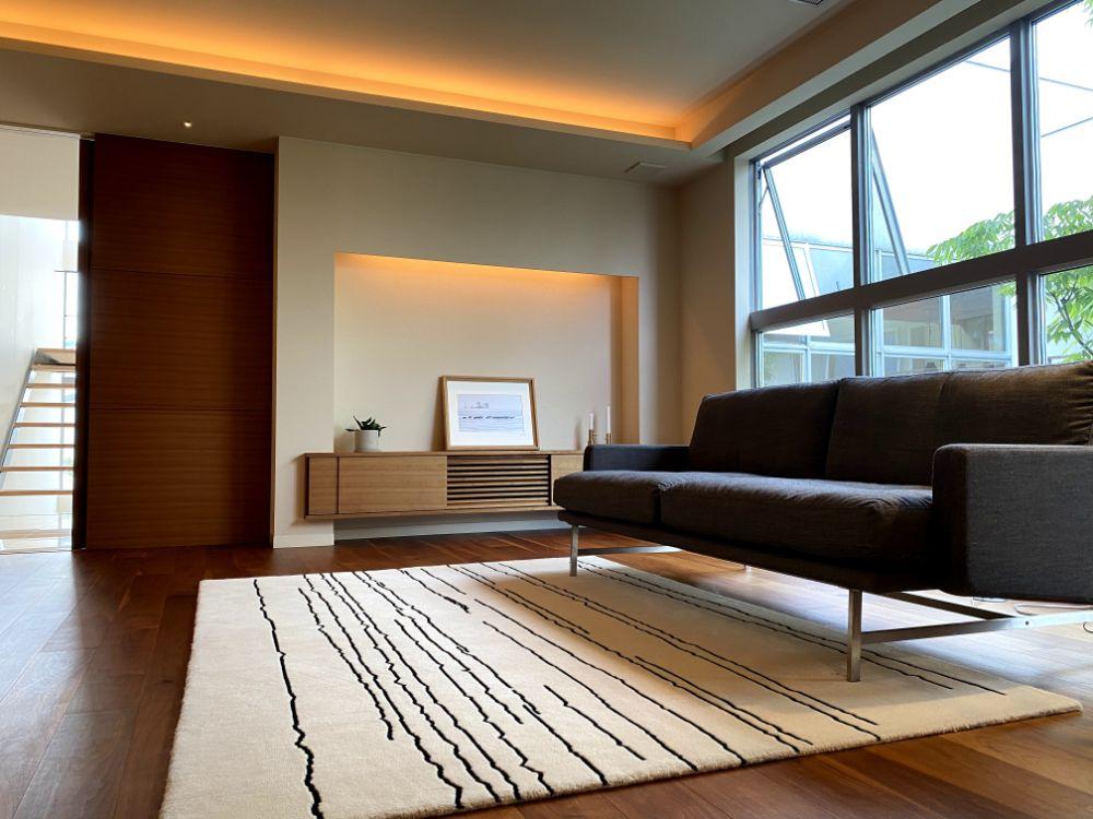 北欧風なデザインのラグが敷かれた部屋