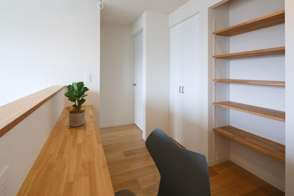 収納と作業スペースのある廊下