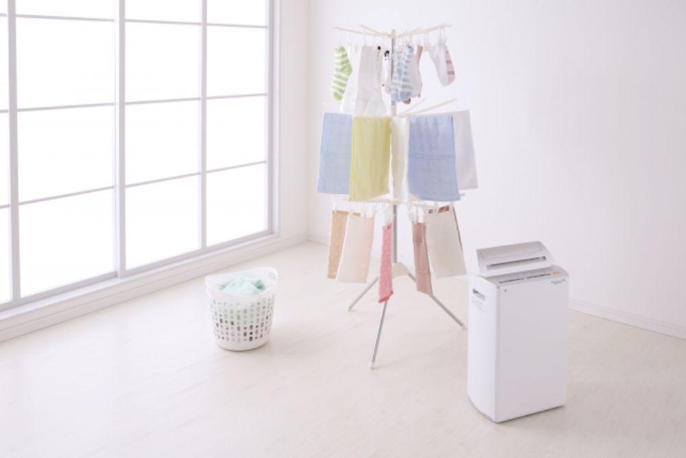 除湿器で洗濯物を乾かしている様子