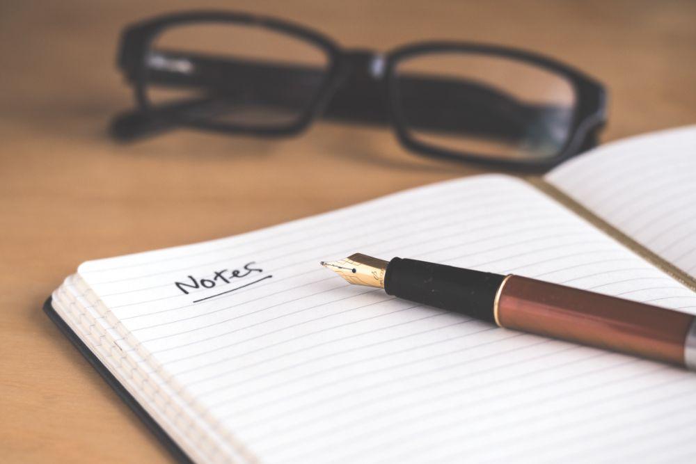 万年筆とノートと眼鏡