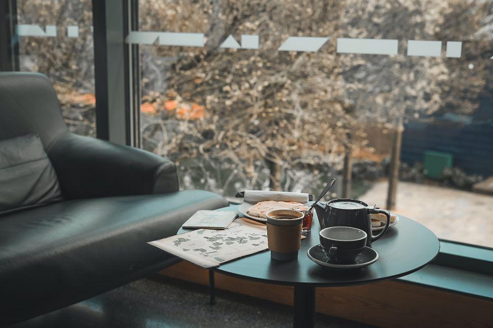 窓際でコーヒーを飲んで寛いでいる様子