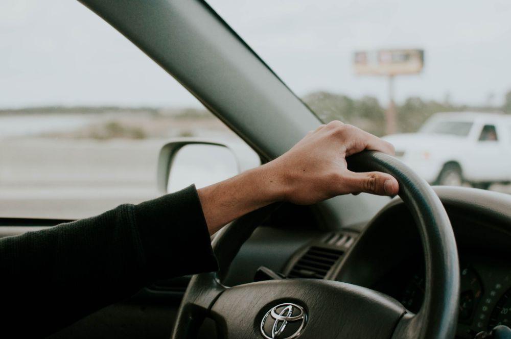 車を運転している様子