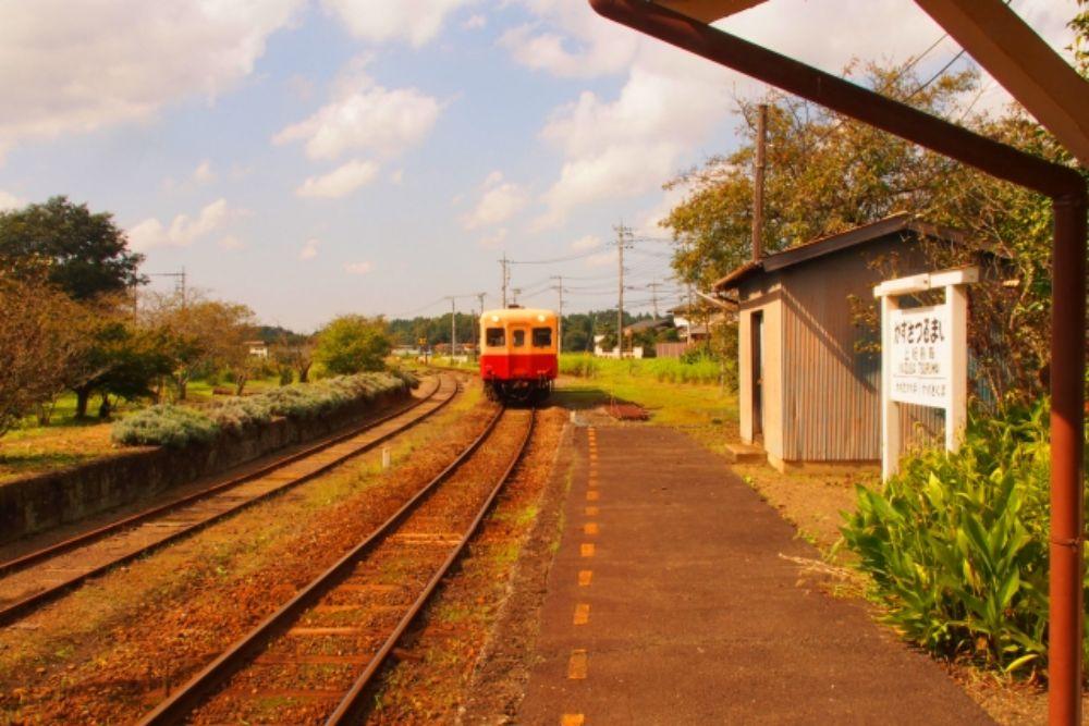 小湊鉄道の列車が走っている様子