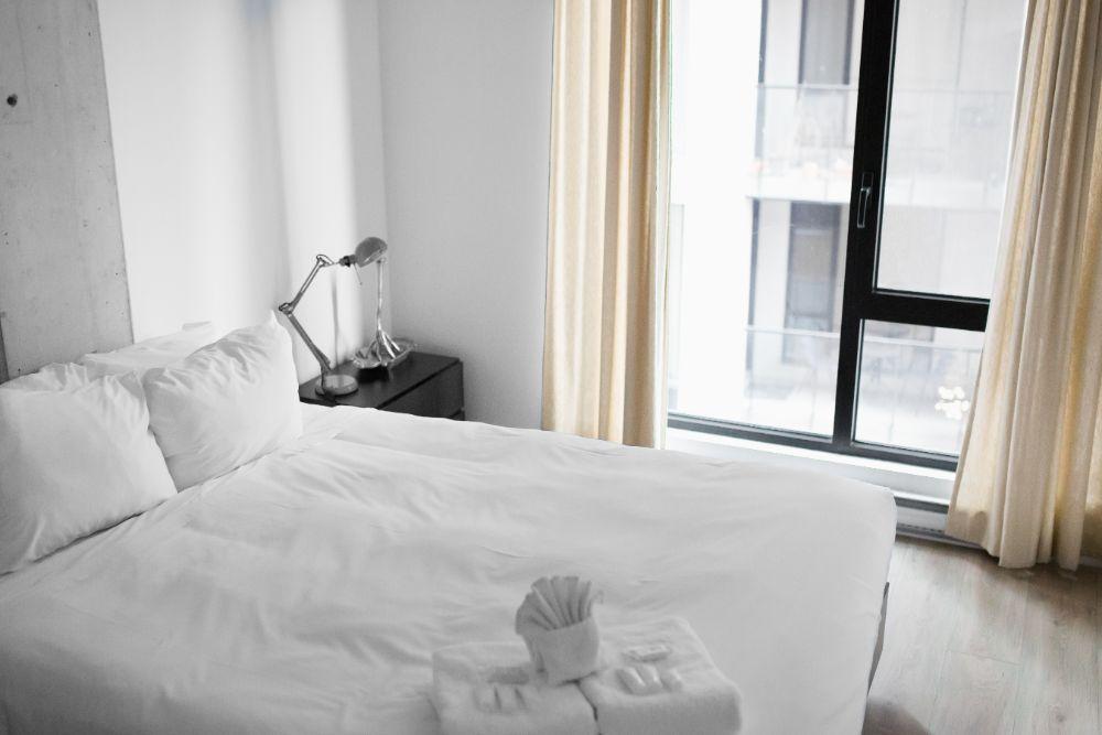 モノトーンなベッドルーム