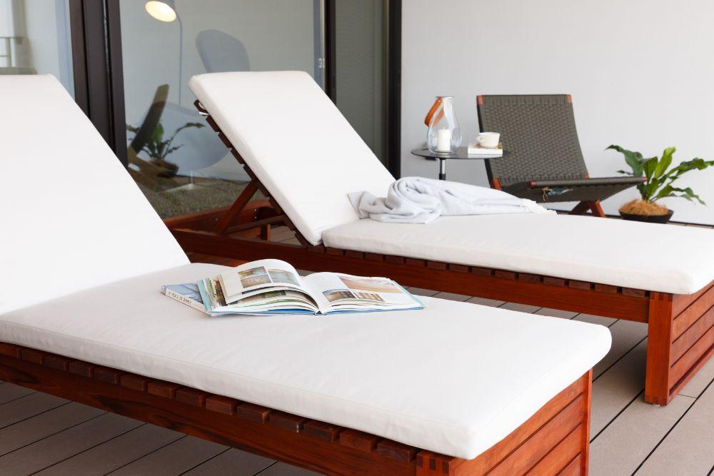 リゾート施設のような家具のあるバルコニー