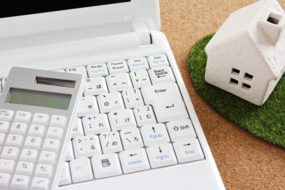家に関する費用について考えている様子