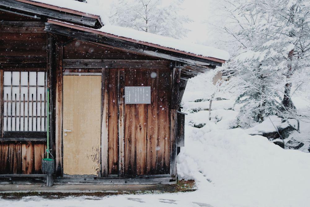 雪の積もっている家