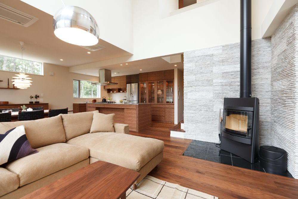 暖炉のある落ち着いた雰囲気のLDK空間
