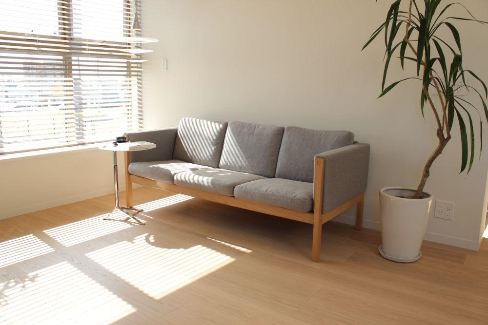 日差しの差し込むソファの置かれた空間