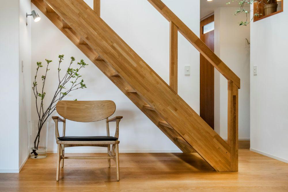 階段下に置かれたラウンジチェア