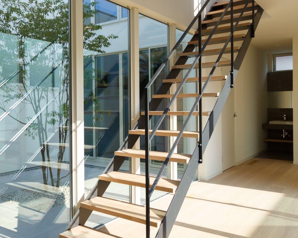 廊下にあるスケルトン階段