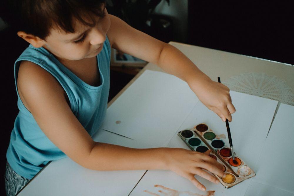 絵を描いている子供