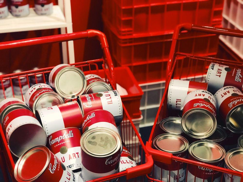 買い物かごに大量に入った缶詰