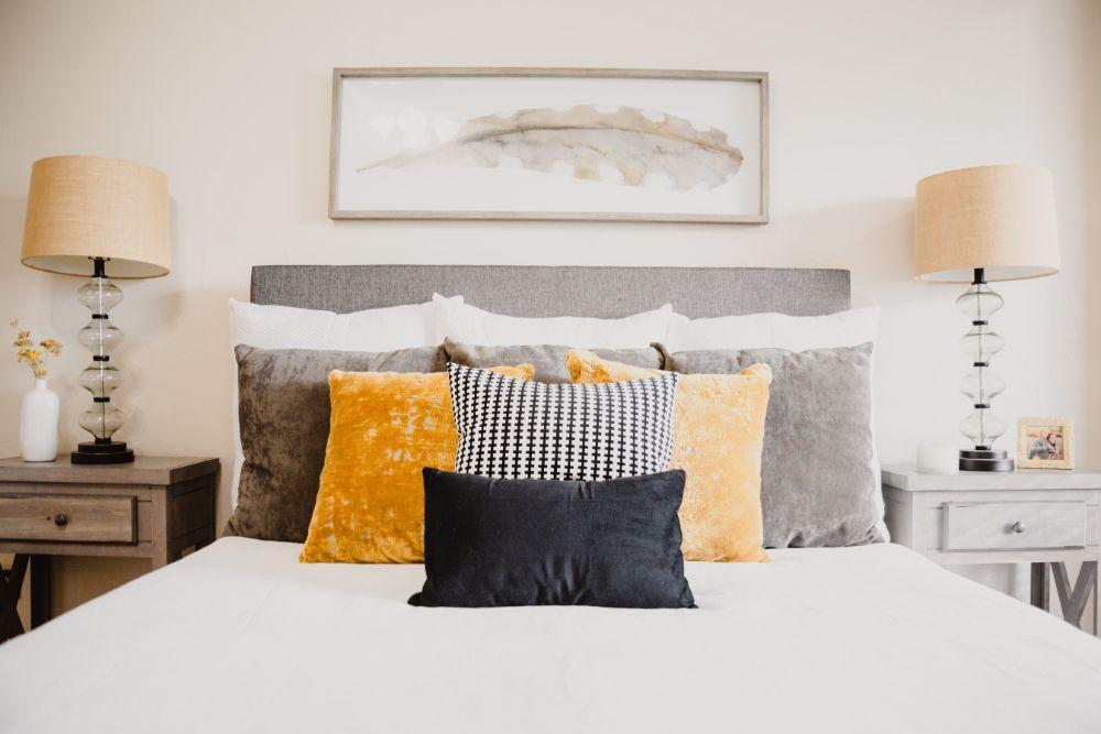 大きさの違う枕のあるベッド
