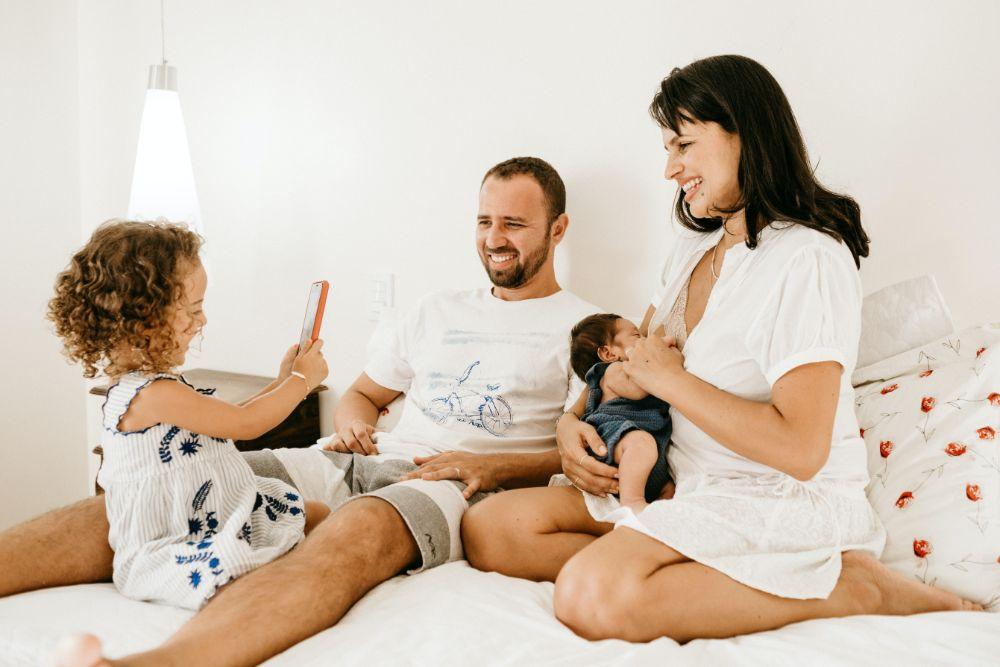 ベッドの上でくつろぐ家族