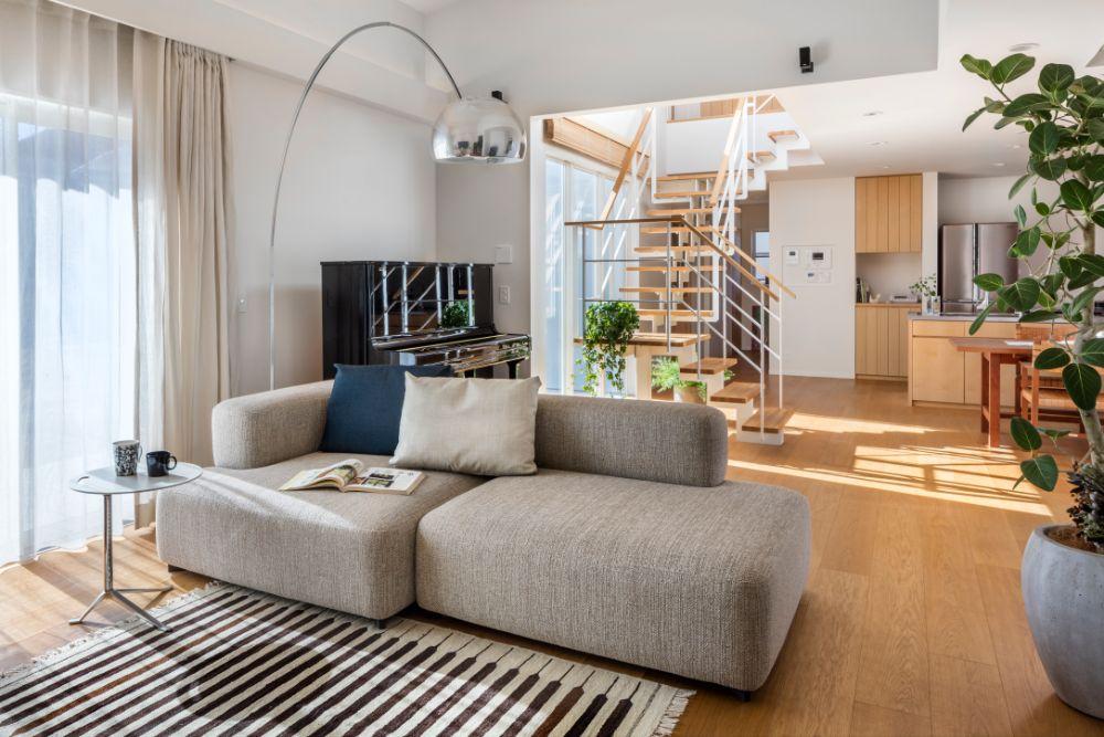 スケルトン階段が印象的な住宅