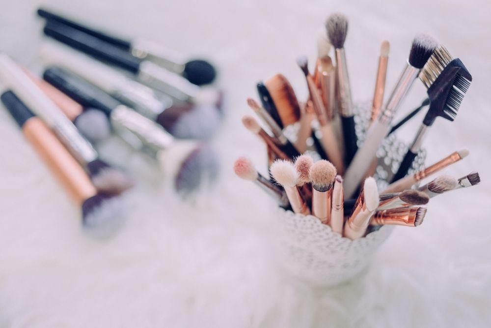 まとめてペン立てのようなものに収納されているブラシ