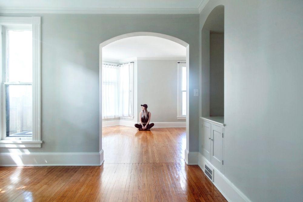 薄いグレーの壁で家具が何もない部屋