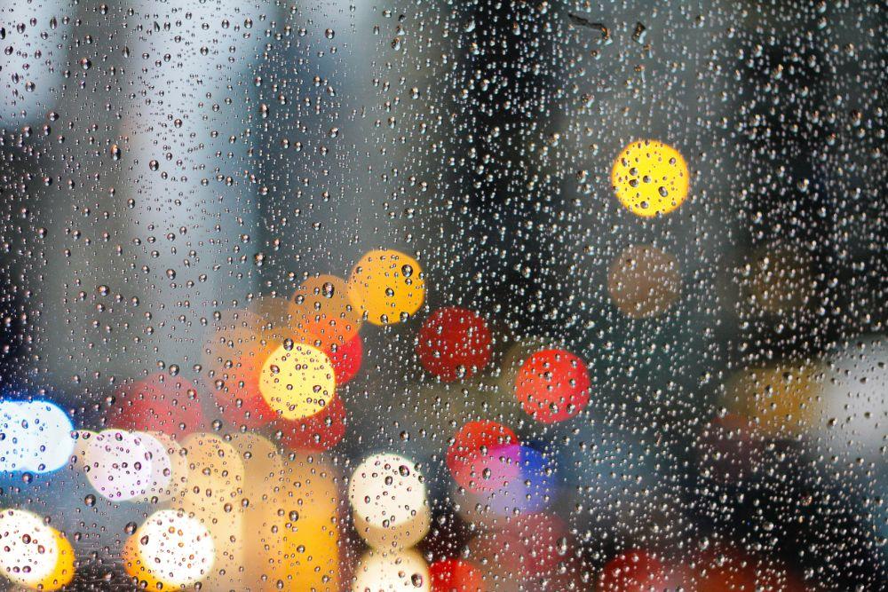水滴のついた窓ガラス
