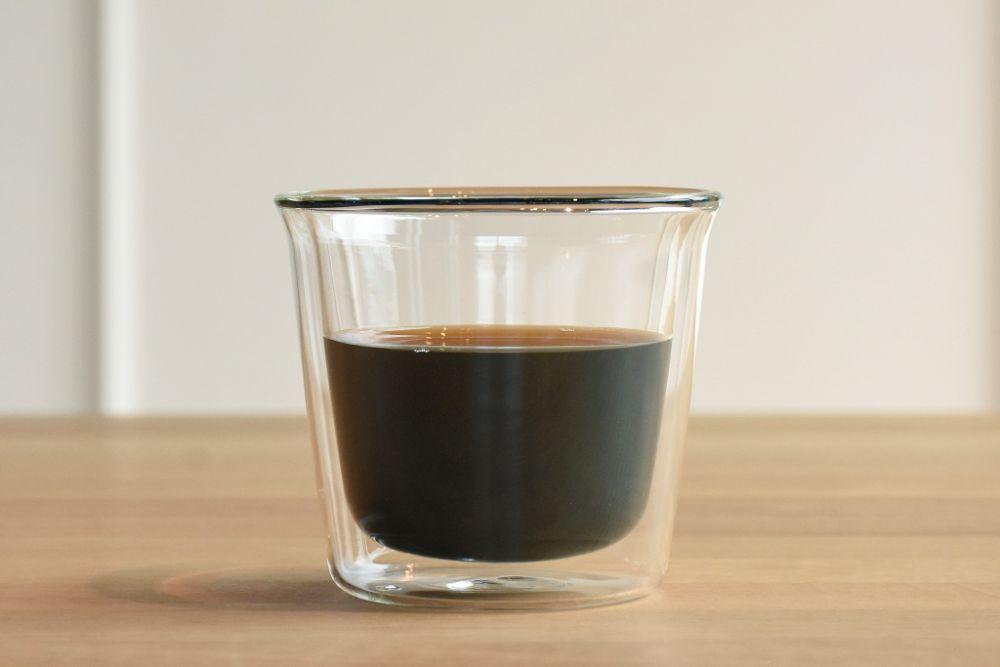 二重構造のグラスにコーヒーが入っている様子