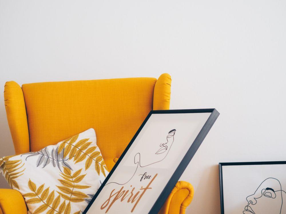 黄色い家具と合わせた絵