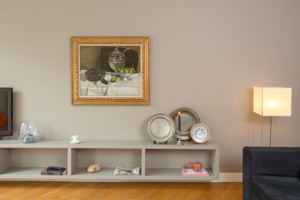 シンプルな空間に映える額縁で飾られた絵