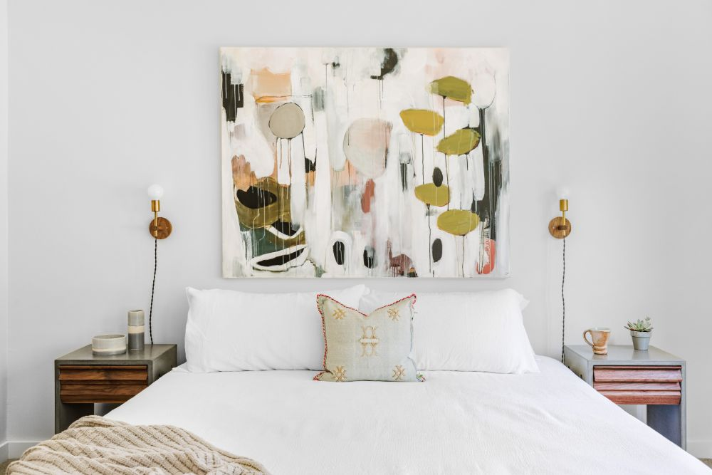 ベッドルームに飾られた大きい絵