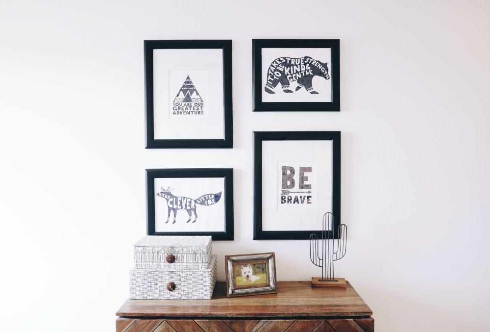 壁に飾られた4枚の絵